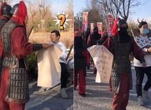 """Đến phủ Khai Phong tham quan, du khách bất ngờ bị """"quân lính"""" gông cổ đem đi xử tội vì lý do không ngờ"""