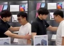 """Vừa tặng bạn gái iPhone 12 thì bị """"đá"""", thanh niên tới cửa hàng Apple khóc lóc xin hoàn lại tiền"""