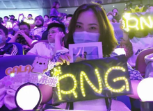 LMHT: MC Candice vô tình phát hiện một cặp đôi fan RNG đặc biệt và câu chuyện đầy cảm động của họ