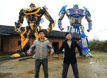 Choáng ngợp chú robot Transformers của hai cha con nông dân