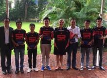 Tuyển CS:GO Việt Nam chụp ảnh cùng Đại sứ Thụy Điển trước khi du đấu