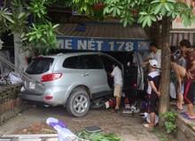 Xe ô tô bất ngờ đâm vào quán Internet bên đường