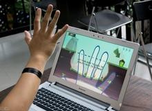 """Trên tay laptop chơi game bằng cách """"múa"""" tay tại Việt Nam"""