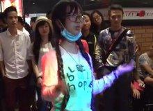 Đau bụng với cảnh nữ game thủ Việt đeo khẩu trang nhảy cực sung