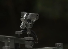 Kinh ngạc trước thí nghiệm lấy súng ngắm để phá súng lục