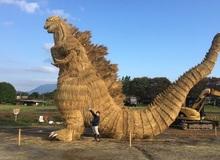 Bức tượng Godzilla cao 7 mét bằng... rơm gây sốt mạng xã hội