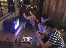 Chiếc máy điện tử 4 nút nằm lẻ loi trong quán cafe âm nhạc cực chất tại Sài Gòn