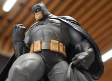 """Choáng với tượng Batman siêu ngầu, siêu """"béo"""" mới của DC"""