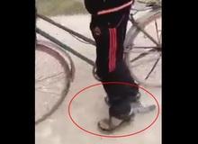 Đắng lòng cậu bé bị xích chân vẫn đạp xe đi chơi điện tử