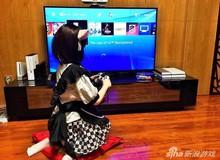 Rảnh rỗi, thanh niên cho búp bê ngồi chơi game PS4