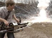 Chàng trai tự chế súng phóng lửa đỉnh của đỉnh