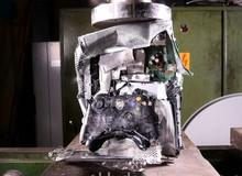 Xót xa với màn 'ép' máy chơi game Xbox 360 một cách tàn nhẫn