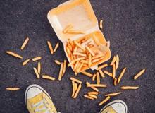 Nếu mải chơi game đánh rơi thức ăn xuống đất, đừng lo cứ nhặt lên ăn tiếp đi