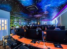 """Quán net Việt chơi trội """"dán"""" cả dải thiên hà lên trần cho game thủ ngắm nhìn"""