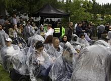 Hóa ra Tây cũng chẳng tốt như chúng ta tưởng, vì tham lợi nhuận, một sự kiện game đã bỏ mặc hàng nghìn khán giả phải dầm mưa