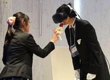 Thanh niên F.A nhất Hệ mặt trời: tổ chức lễ cưới với vợ ảo bằng kính VR, trao nụ hôn vào que kem