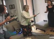 Bị cháu lừa chơi game kinh dị trên kính thực tế ảo, cụ bà 80 tuổi lấy súng thật ra bắn nhau với quái vật