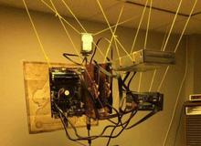 Bất ngờ với bộ máy tính treo trần nhà như mạng nhện, độc nhất vô nhị trên đời