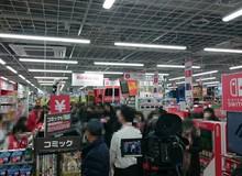 Người Nhật xếp hàng dài suốt đêm chỉ để được chạm tay vào Nintendo Switch sáng nay