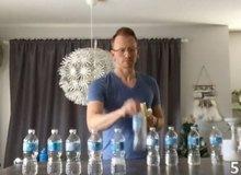 Giáo viên cấm học sinh không được chơi bottle flip, sau đó tự tay làm video thể hiện khả năng bottle flip siêu đẳng của mình