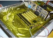 Trong khi người ta vất máy tính cũ đi thì anh chàng này dùng để rán khoai tây