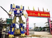 Robot khổng lồ nặng gần 8 tấn được một công ty ở Hà Nội mua về trưng bày trước cổng