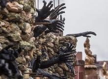 """Đây chính là ngôi nhà đáng sợ nhất ở Belarus: Trang trí bằng """"quỷ"""" và """"hộp sọ"""""""