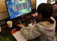 Nữ game thủ tuổi trẻ tài cao, ngồi quán net vừa học bài vừa quẩy LMHT