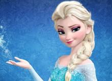 """Cảm động hình ảnh """"Nữ hoàng băng giá"""" giúp đẩy chiếc xe cảnh sát trong đêm bão tuyết"""