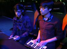 Chơi điện tử bình thường dễ quá, game thủ dùng hẳn piano để múa combo cho ảo diệu