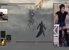 """""""Phục sát đất"""" nữ game thủ hạ gục boss Dark Souls 3 bằng chân"""