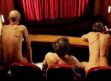 """Muốn xem kịch khỏa thân, khán giả Pháp cũng phải """"trần như nhộng"""" mới được vào rạp hát"""