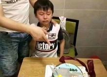 """Nỗi ám ảnh """"đi học"""" chạy theo đến tận tiệc sinh nhật, cậu bé khóc òa sợ sệt khi nhìn thấy bánh kem gắn đầy sách giáo khoa"""