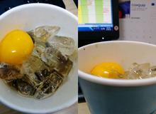 """Gọi ship thử cà phê trứng uống chơi cho vui, khách ngỡ ngàng nhận về cà phê với trứng sống """"như thật"""""""