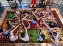 """""""Lẩu người"""" - Món ăn mới nổi của Trung Quốc đang thu hút hàng triệu khách hàng"""