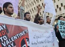 """Học tập các thanh niên Nhật, đại học tại Pakistan """"phản đối"""" Valentine bằng cách đổi thành ngày """"Tình chị em"""""""