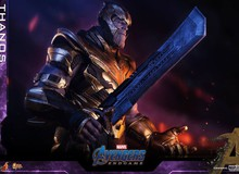 Avengers: Endgame- Cận cảnh thiết kế của Thanos, một tay đeo găng Vô Cực, một tay cầm kiếm