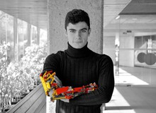 Bị khuyết tật bẩm sinh, anh chàng 19 tuổi tự làm cho mình cánh tay robot từ Lego, cầm nắm được như chi thật