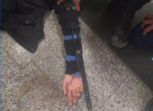 Mang hai lưỡi dao tự chế như Assassin's Creed, một fan cuồng bị bắt giữ
