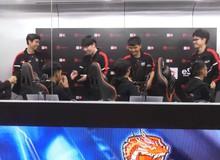 """Liên Quân Mobile: Tuyển thủ Thái Lan thua trận, """"mất"""" cả đống tiền vẫn tươi cười, bắt tay đối thủ"""
