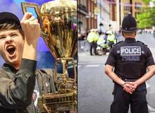 """Nhà vô địch giải eSport vừa nhận hơn 70 tỷ bị cảnh sát """"sờ gáy"""" ngay trên sóng livestream"""