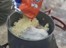 Vlogger nổi tiếng gây tranh cãi vì hái thực vật quý hiếm để nấu với mỳ tôm, ăn xong còn chê đắng
