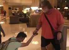 """Ông chủ của Steam, """"thánh"""" Gaben trở thành idol mới của gamer Trung Quốc, được fan quỳ xuống xin dâng hiến chiếc ví của mình"""