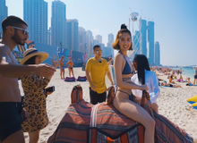 Ngọc Trinh tạo dáng khó đỡ và bị ngăn cản khi mặc hở hang tại Dubai
