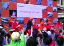 Xấu hổ vì cảnh giành giật áo mưa của hàng trăm người tại Hà Nội