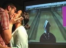 Chơi game bằng cách... hôn nhau?