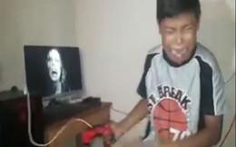 Bị người lớn lừa chơi Resident Evil 7 và phản ứng bất ngờ của cậu bé khi gặp quỷ dữ