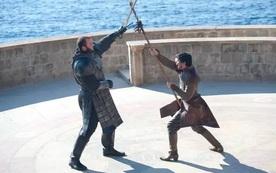 Thủ tục ly hôn quá lằng nhằng, anh chồng đề nghị tòa án giải quyết bằng cách solo đấu kiếm với vợ cũ giống trong Game of Thrones