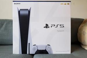 Trên tay hộp đựng PS5 với màu xanh và trắng tuyệt đẹp, to gấp đôi hộp PS4