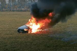 Bốc đồng giống Khá Bảnh, nam Youtuber đốt trụi Mercedes giá 4 tỷ
